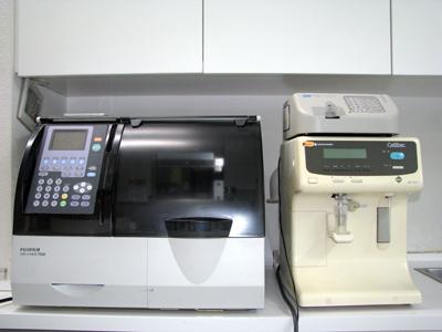 生化学自動分析装置(左側)、自動血球計測器(右側)